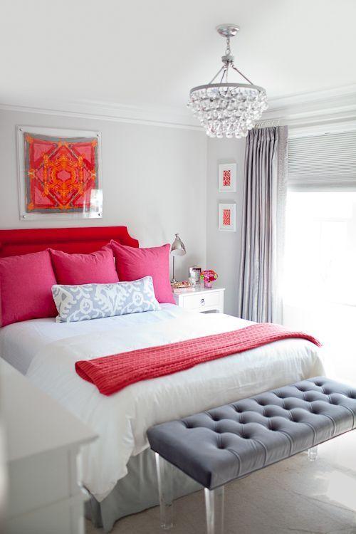 Toques de vermelho e rosa na decoração.