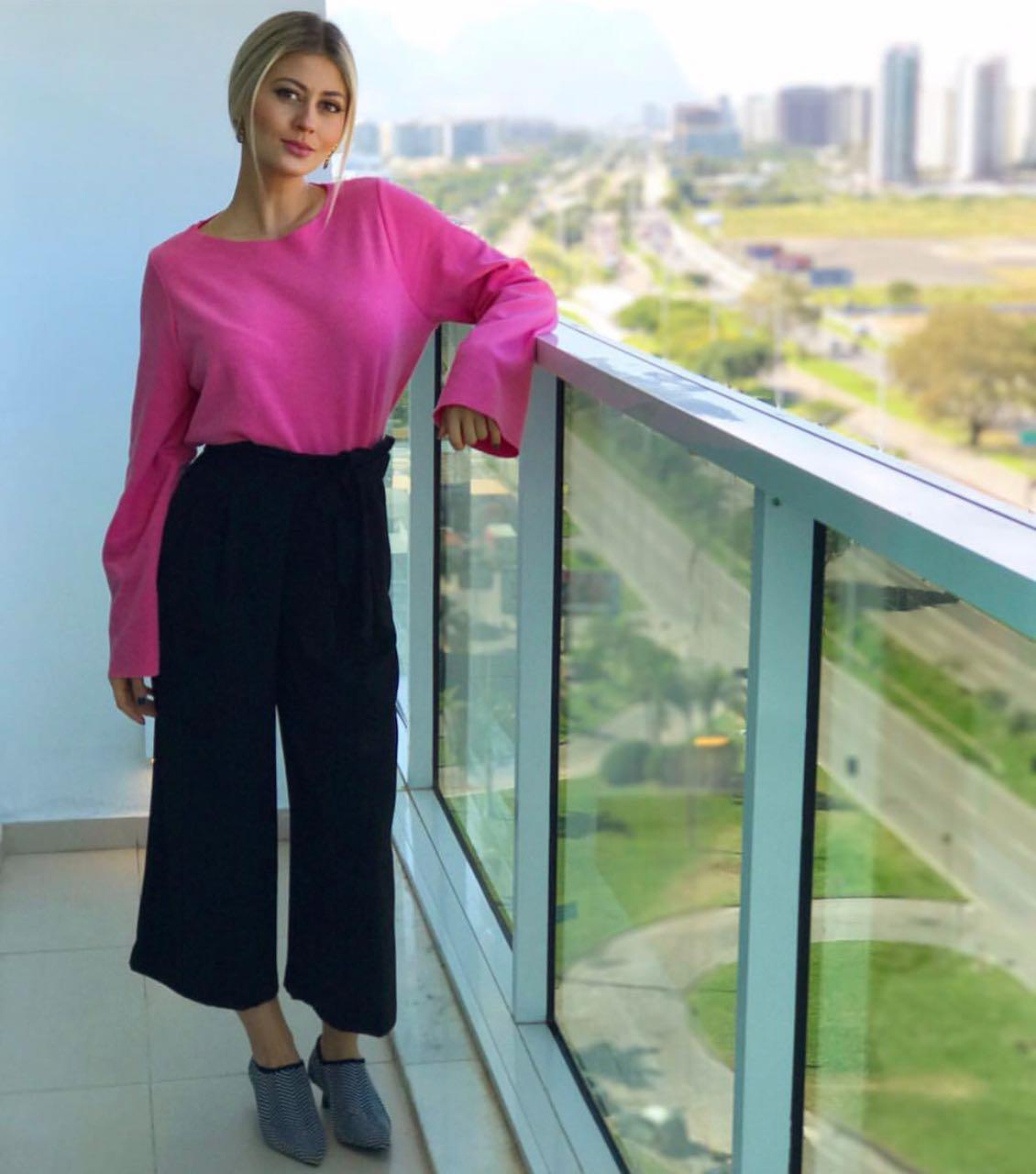 Cici de pantacourt e blusa rosa