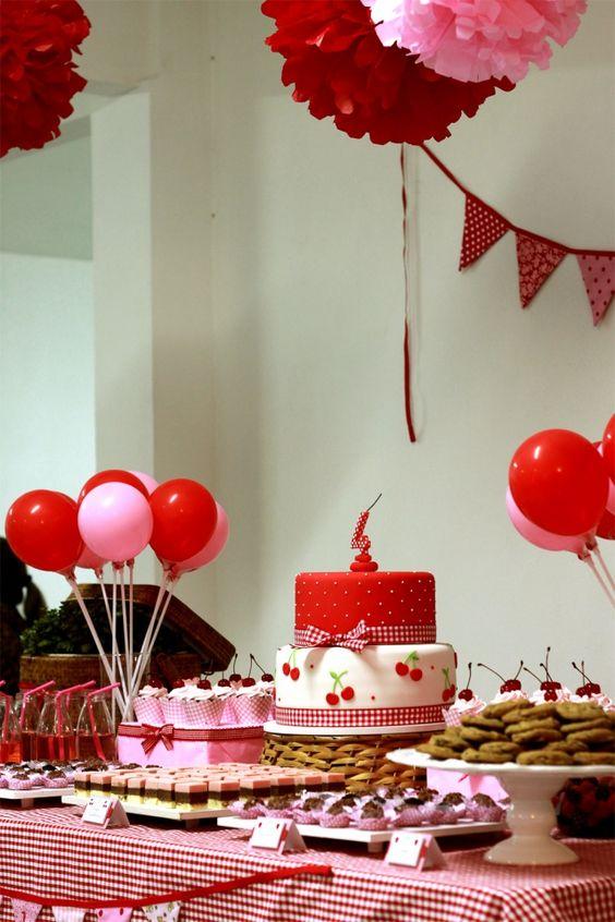 Rosa e vermelho vão muito bem em derocações de festas.