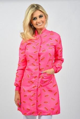 Jaleco It Girl, combinação perfeita de vermelho e rosa.