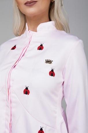 O já famoso jaleco Queen recebeu joaninhas.