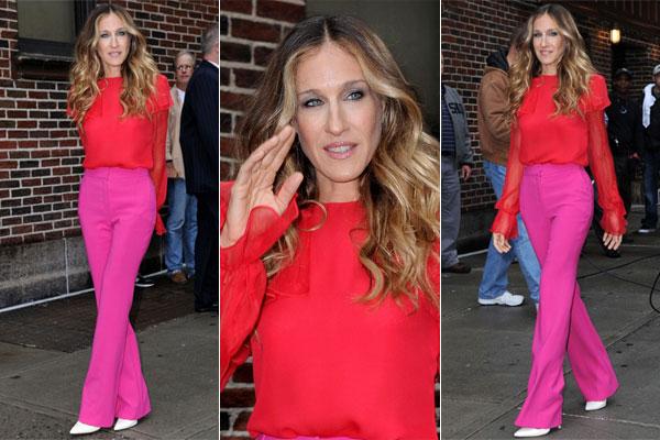 Sarah Jessica Parker combinou calça rosa com camisa vermelha.